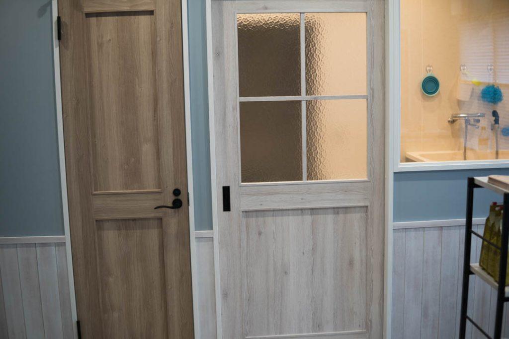 トイレのドアとドッグバスのドア